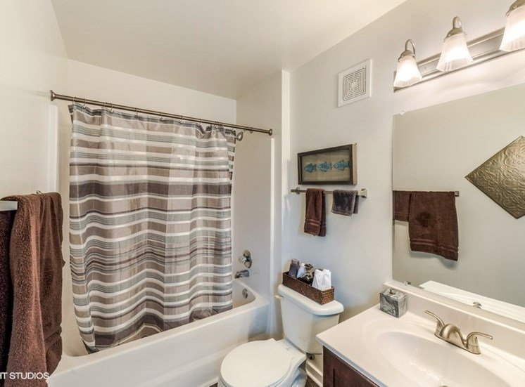 Large Soaking Tub In Bathroom at Brittany Commons Apartments, Virginia, 22553